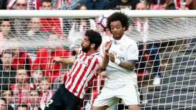 Marcelo tocando el balón con la cabeza