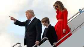 Trump, junto a su hijo Barron y a su mujer Melania, este sábado tras aterrizar en Florida.