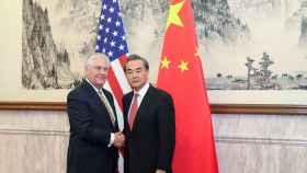 El ministro de Exteriores chino, Wang Yi, junto al secretario de Estado norteamericano Rex Tillerson.