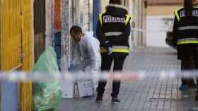La policía investiga el crimen a la puerta del bar de Alcorcón.