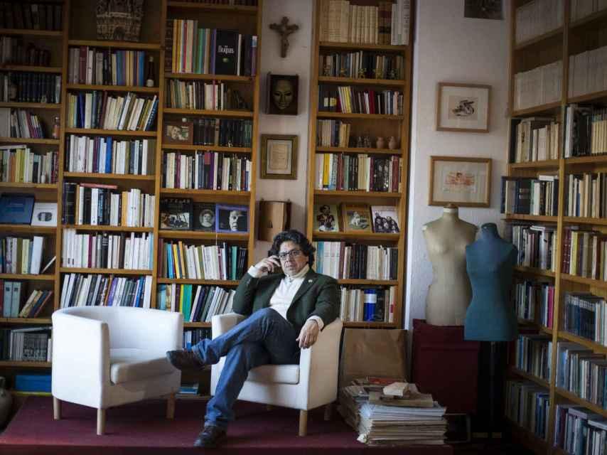 Iwasaki en la biblioteca de su casa, en un pueblo a las afueras de Sevilla.