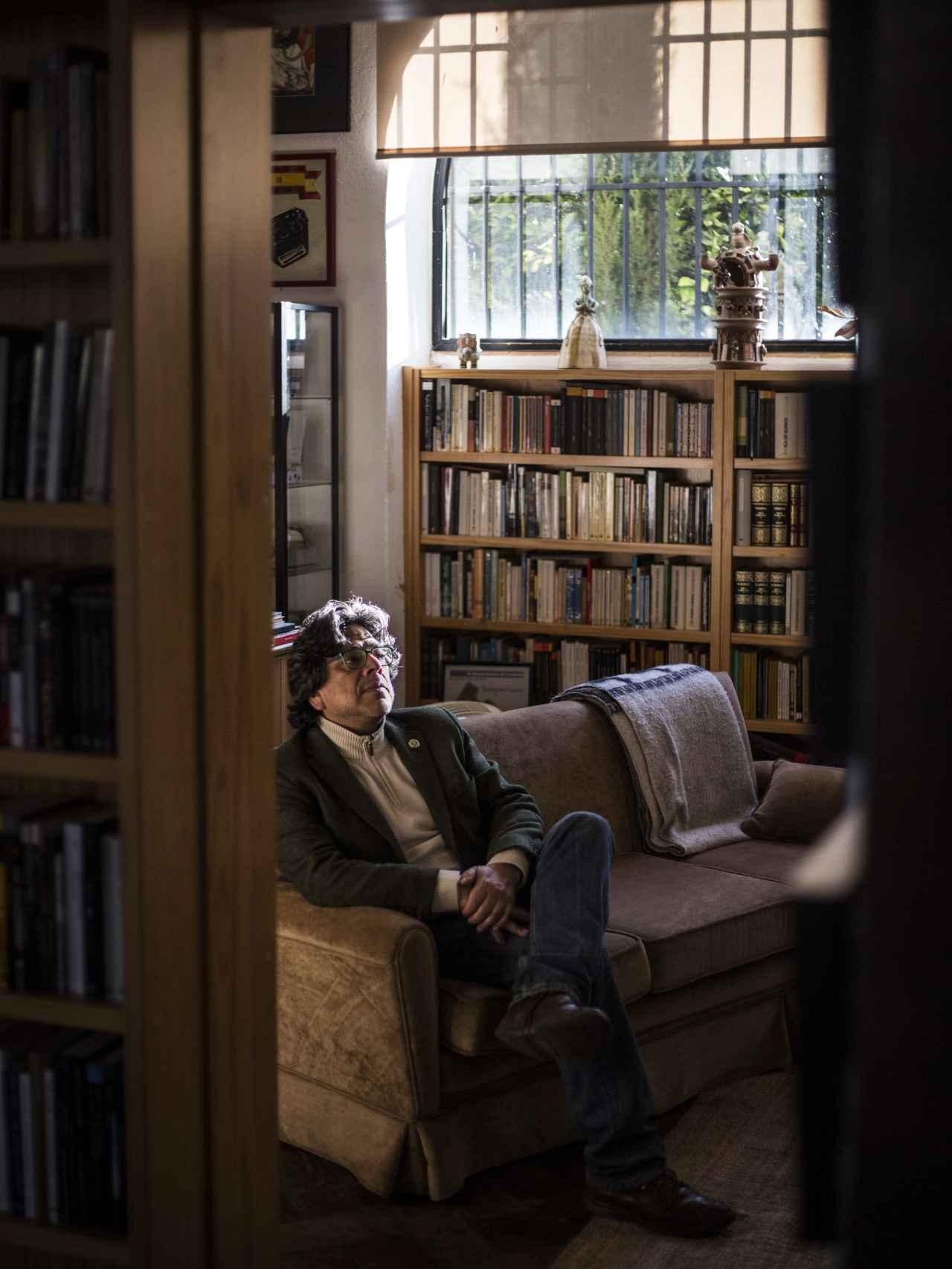 Iwasaki, en el salón de su casa.
