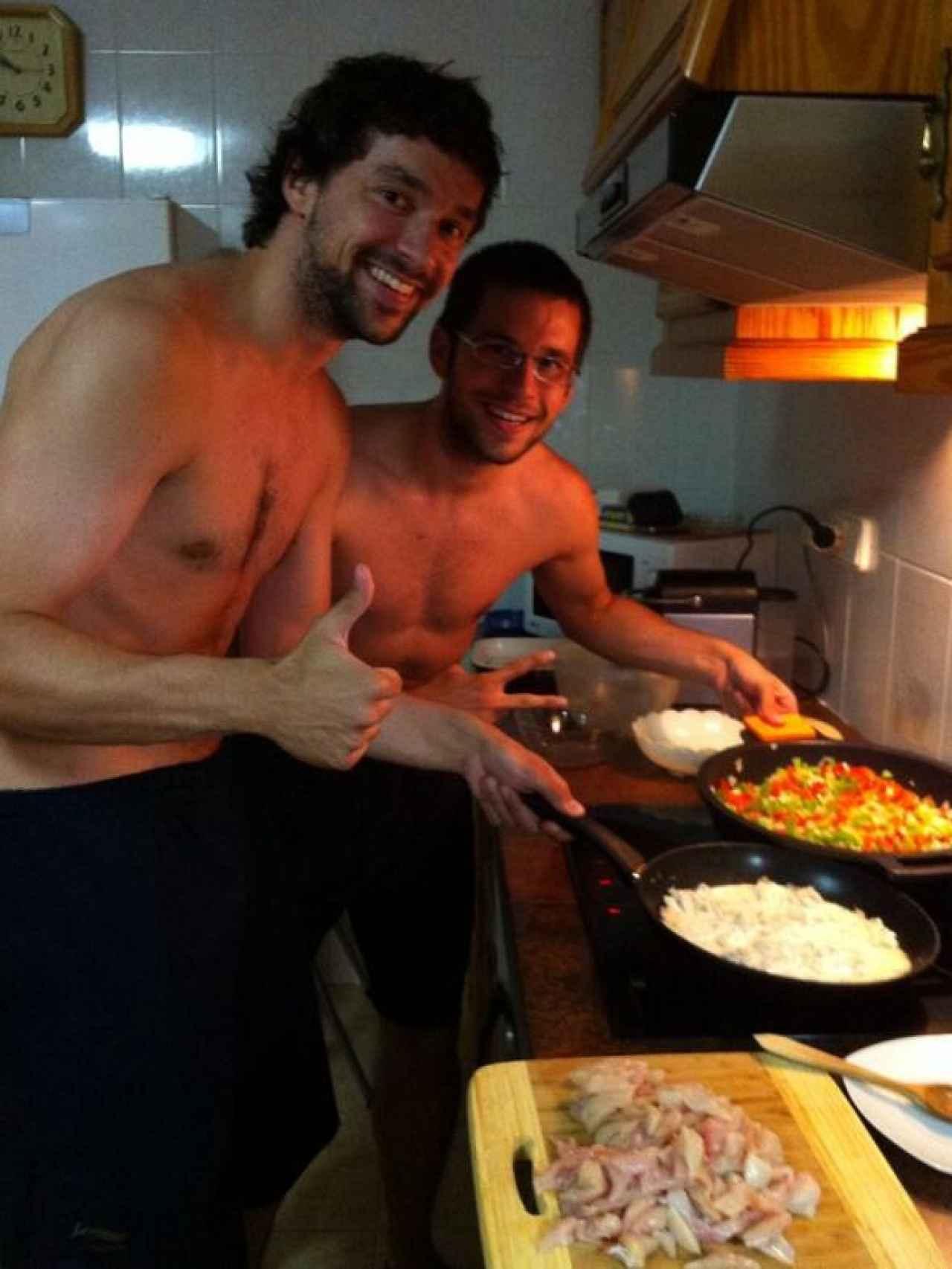 Sergio e Iván Llull cocinando juntos.