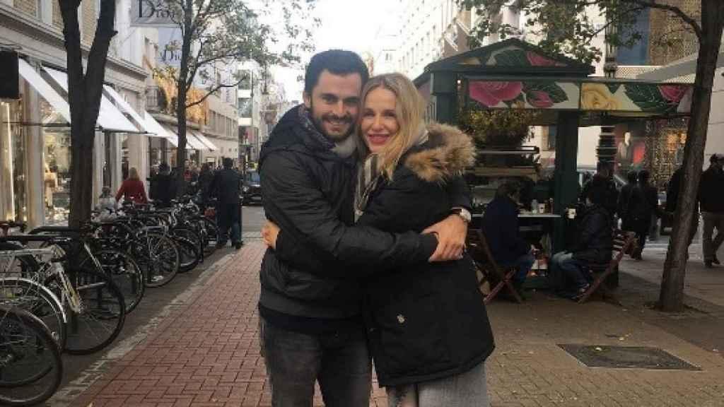 Emiliano Suárez (izda) con su pareja, la actriz Carola Baleztena (dcha).