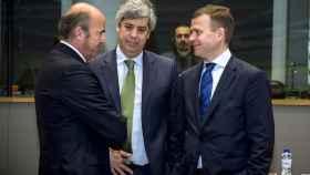 Guindos conversa durante el Ecofin con sus homólogos de Portugal y Finlandia