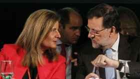 El presidente del Gobierno, Mariano Rajoy, conversa con la ministra de Empleo y Seguridad Social, Fátima Báñez.