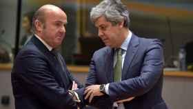 Guindos conversa con su homólogo portugués, Mario Centeno, durante el Ecofin