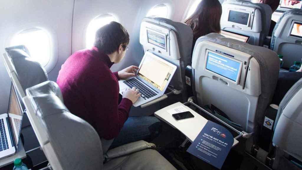 El uso de ordenadores y tablets en cabina podría prohibirse con esta medida.