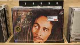 Un disco de Bob Marley con la pegatina de la campaña