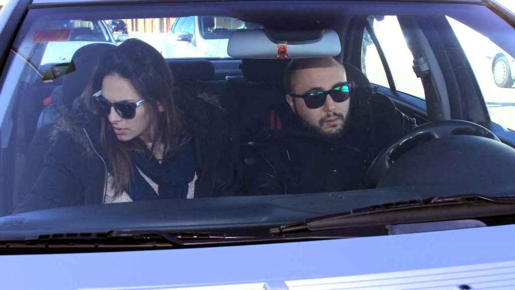 Kiko Rivera conduciendo con su mujer Irene Rosales al lado.