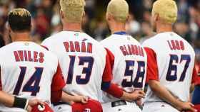 Los jugadores de Puerto Rico escuchan el himno boricua antes del encuentro de semifinales.
