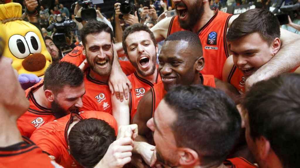 Los jugadores del Valencia Basket celebran el pase a la final.