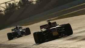 Verstappen y Hamilton durante los test en Montmeló.