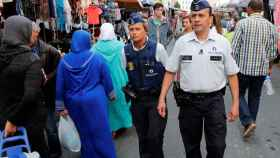 La policía belga patrulla en un mercadillo del barrio bruselense de Molenbeek