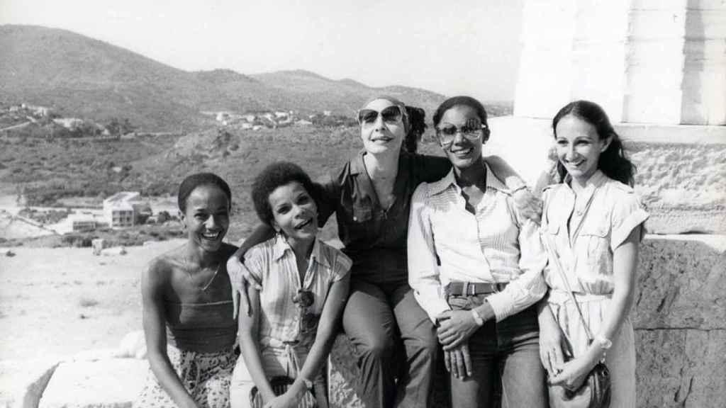 Dagmara Brown con Alicia Alonso y otras componentes del Ballet Nacional de Cuba.