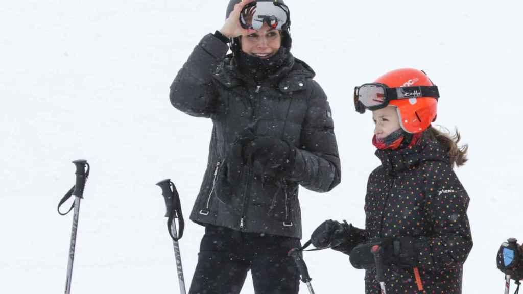 Letizia con la infanta Leonor esquiando en la estación de Astún-Candanchú