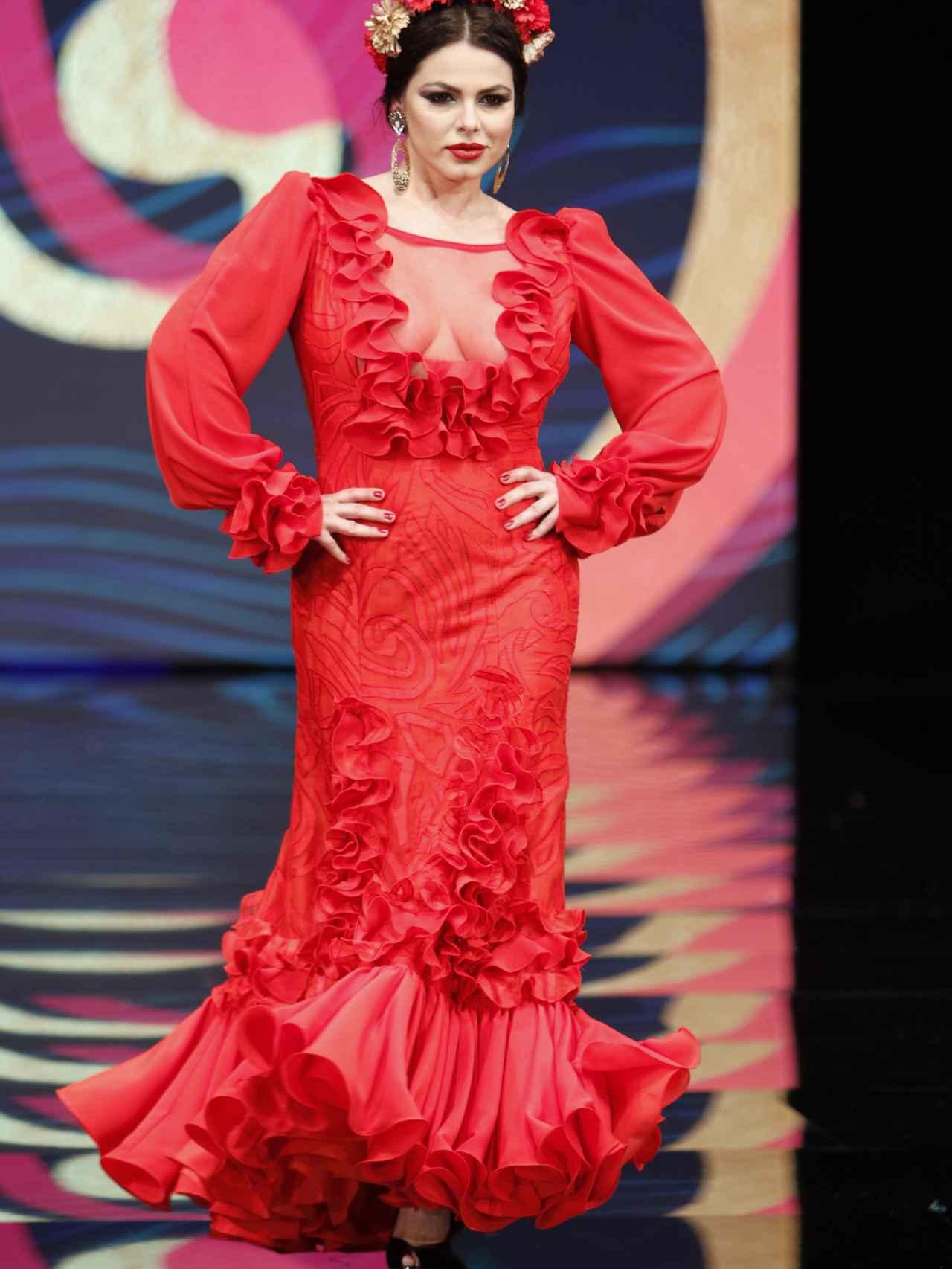 Marisa Jara desfilando en Simof en la moda flamenca curvy.