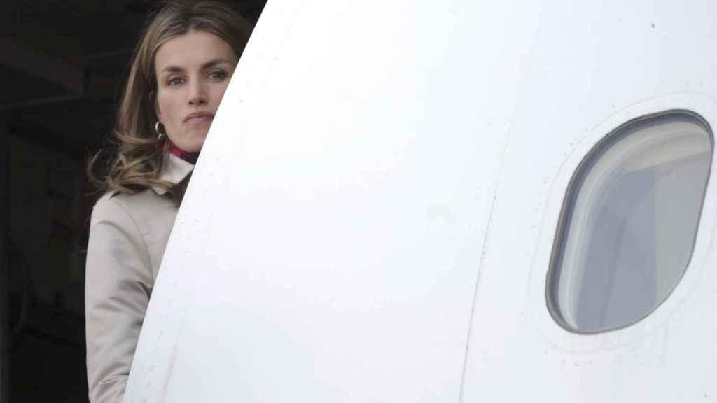 Varios pasajeros vieron a la reina acompañada de su hija subirse al avión.
