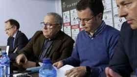 El presidente de Osasuna, Luis Sabalza (2i), acompañado por los directivos Angel Ardanaz (i), Alfonso Ramírez (2d).