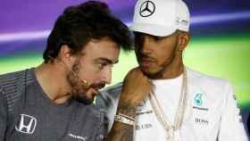 Alonso charla con Hamilton en la primera rueda de prensa en Melbourne.