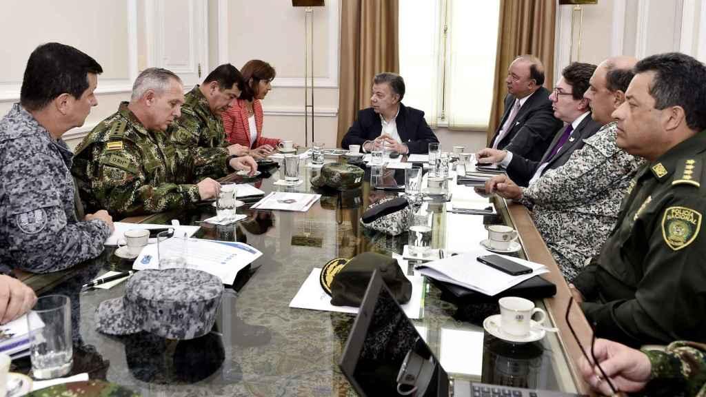 Santos durante la reunión con la cúpula militar y sus ministros