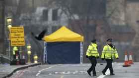 Dos policías caminan en el puente de Westminster en Londres la mañana después del ataque