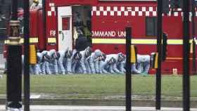 Agentes de la Policía británica rastrean la zona del atentado en Westminster.