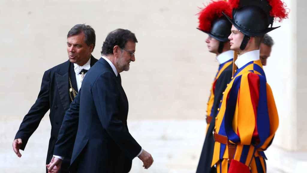 Rajoy se dirige a la audiencia con el Papa en el Vaticano