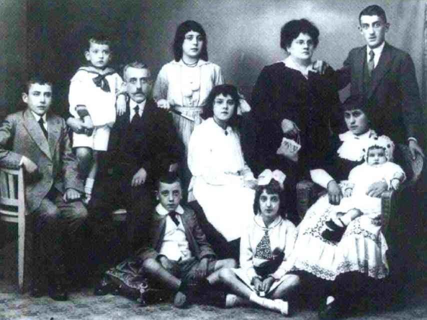 Virgilio Leret, sentado el primero por la izquierda, junto a sus padres y hermanos.