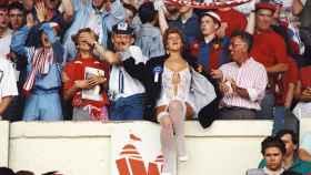 Aficionados en un estadio de fútbol.