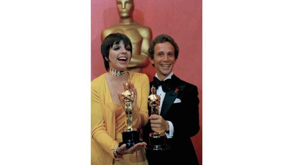 Liza Minnelli y Joel Grey, en 1973, con sus Oscar por Cabaret.