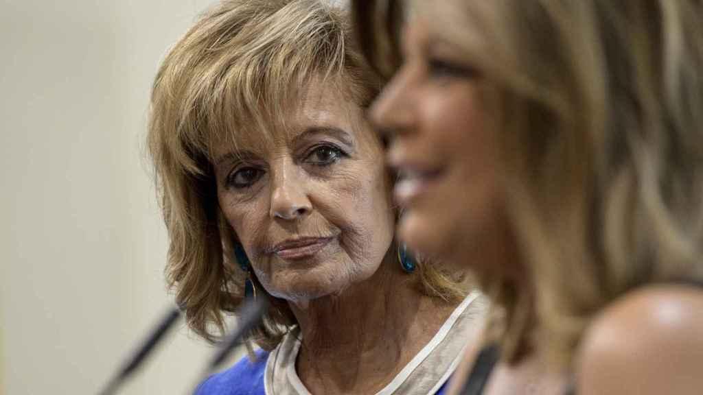 María Teresa Campos mira fijamente a su hija Terelu.