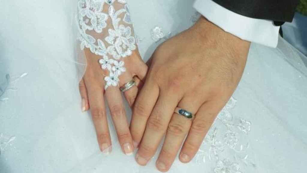 Manos de una pareja durante su boda