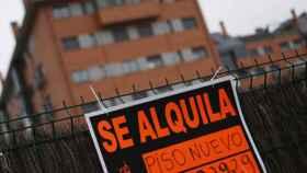 Imagen de un cartel de una vivienda en alquiler.