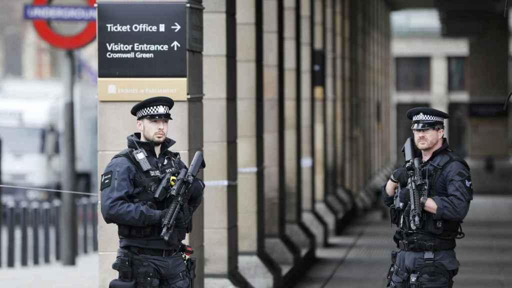 Policías armados custodian la parada de metro de Westminster.