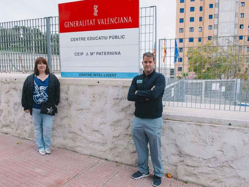 Pedro Lozano y Paola Orenes, dos padres de escolares de Calpe que quieren poder elegir la lengua vehicular con la que estudiarán sus hijos.