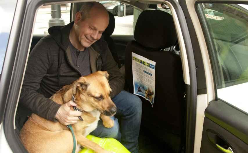 Rixar García, promotor de la iniciativa, en el taxi con su perro