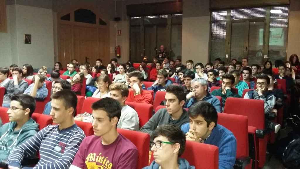 Alumnos del colegio durante una conferencia