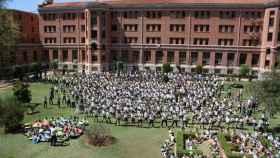Patio central del colegio repleto de niños