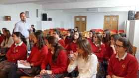 Algunos alumnos del colegio durante un acto.