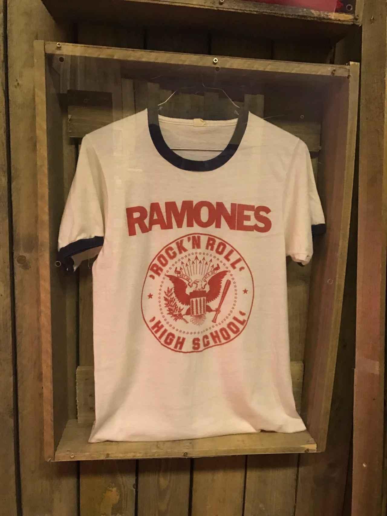 Una camiseta de Los Ramones.