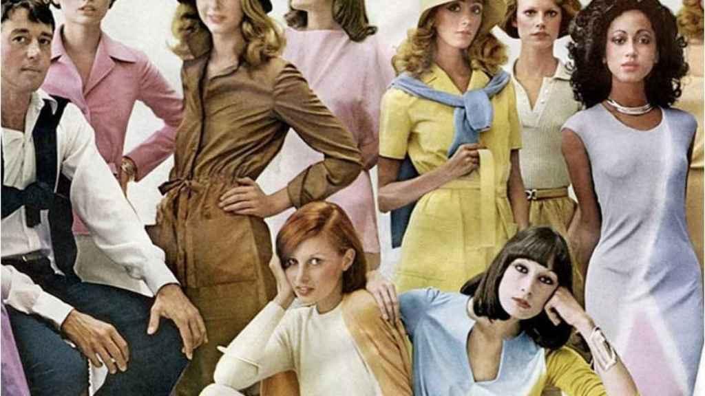 Halston, la izquierda, con sus modelos. Sentada a la derecha, Anjelica Houston.