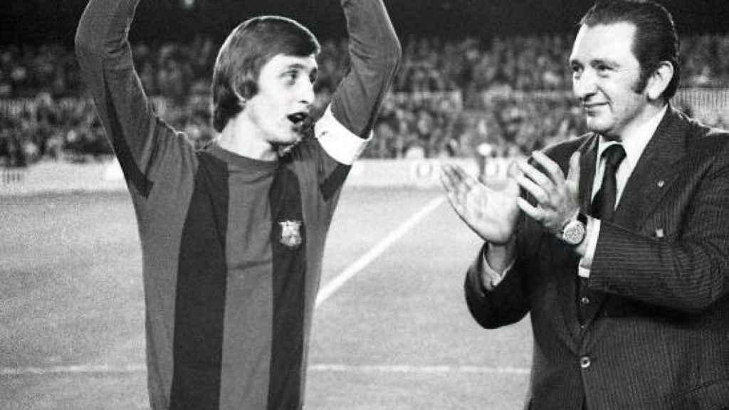 Johan Cruyff muestra un Balón de Oro en el Camp Nou