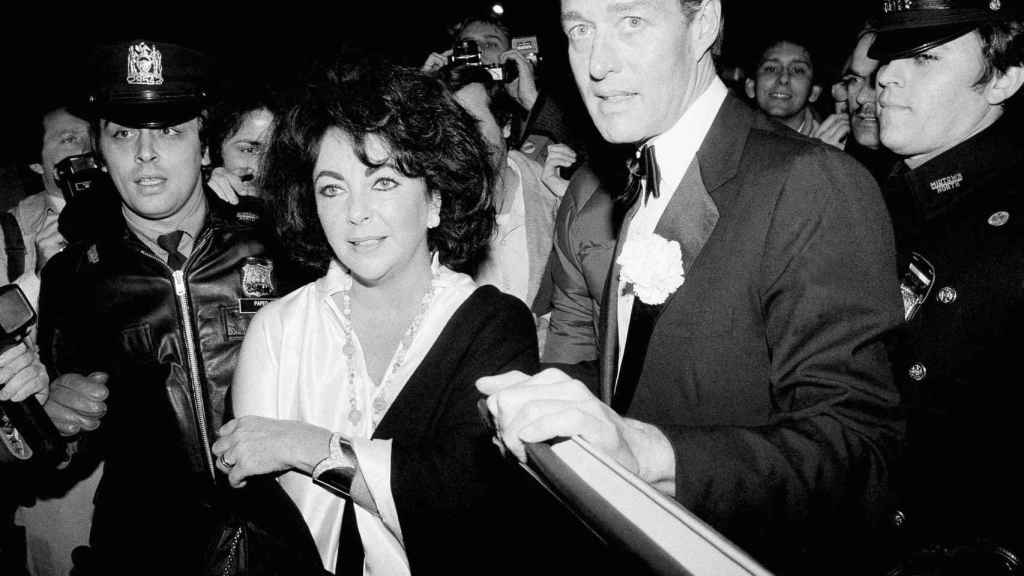Halston con Elizabeth Taylor en 1979 en Nueva York.   Foto: GTRES.