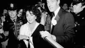 Halston con Elizabeth Taylor en 1979 en Nueva York. | Foto: GTRES.