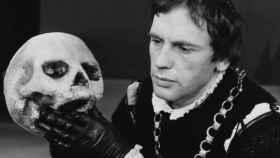 El actor Jean-Louis Trintignan interpreta a Hamlet