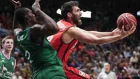 San Emeterio intenta superar a Okouo en el último Valencia-Unicaja liguero.