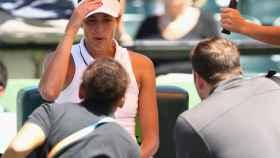 Muguruza, atendida por los médicos en el partido contra Wozniacki.