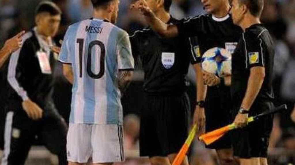 Messi, dirigiéndose a los árbitros tras el partido ante Chile.
