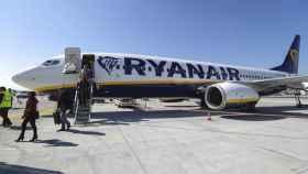 Un grupo de pasajeros bajan de un avión de Ryanair en Mallorca.